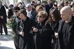 Σε κλίμα βαθιάς συγκίνησης η κηδεία του Δημήτρη Μυταρά - Συντετριμμένοι η σύζυγος και ο μοναχογιός του