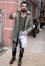 Θανάσης Βισκαδουράκης: Βόλτα με τον νεογέννητο γιο του!