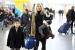 Paparazzi: Η Φαίη Σκορδά στο αεροδρόμιο με τους γιους της!