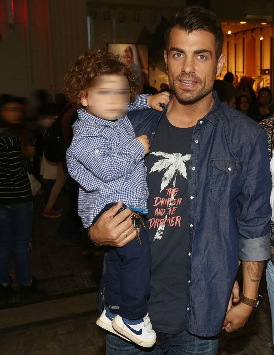Λιώσαμε: Η τρυφερή φωτογραφία του Στέλιου Χανταμπάκη με τον γιο του, Μανώλη και τη νεογέννητη κορούλα του