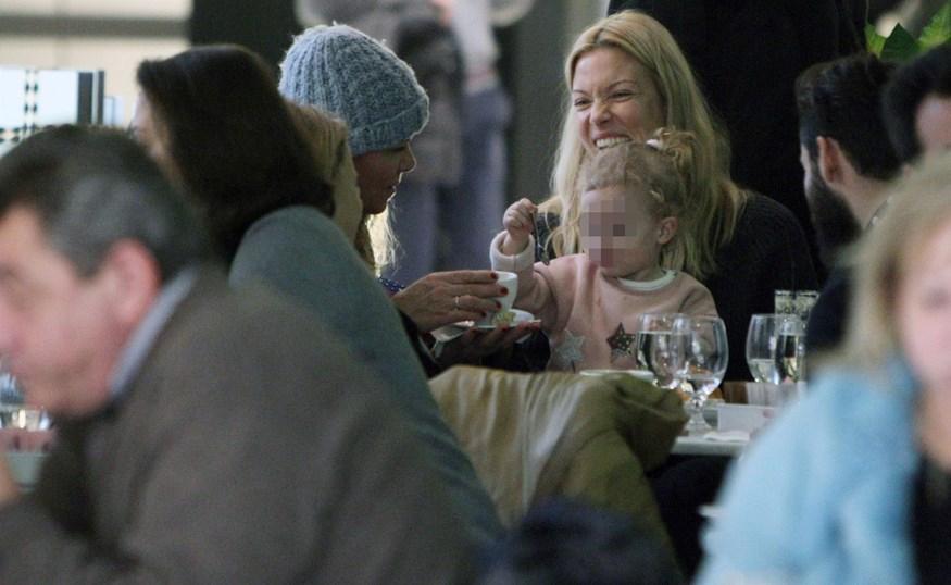 Paparazzi! Η Βίκυ Καγιά βόλτα με τη μητέρα της και την κόρη της, Μπιάνκα!