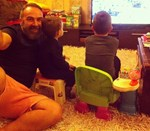 Γρηγόρης Γκουντάρας: Με τους γιους του στην παραδοσιακή αυλή του σπιτιού του