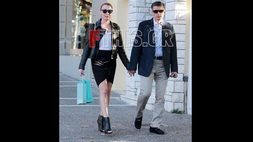 Η Τατιάνα Στεφανίδου με peep toe ankle boots, sexy outfit βγήκε βόλτα στην Κηφισιά με τον Νίκο Ευαγγελάτο