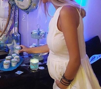 Η Ελληνίδα καλλονή μάς δείχνει τη φουσκωμένη κοιλίτσα της στον 9ο μήνα της εγκυμοσύνης της