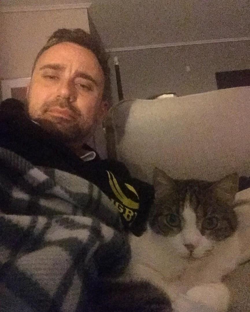 Ο Γιωργος Καπουτζιδης με τη γατα του