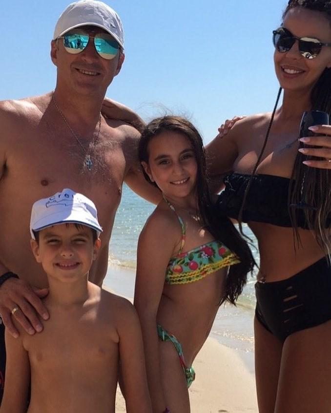 Η οικογένεια Ζαγοράκη στην παραλία