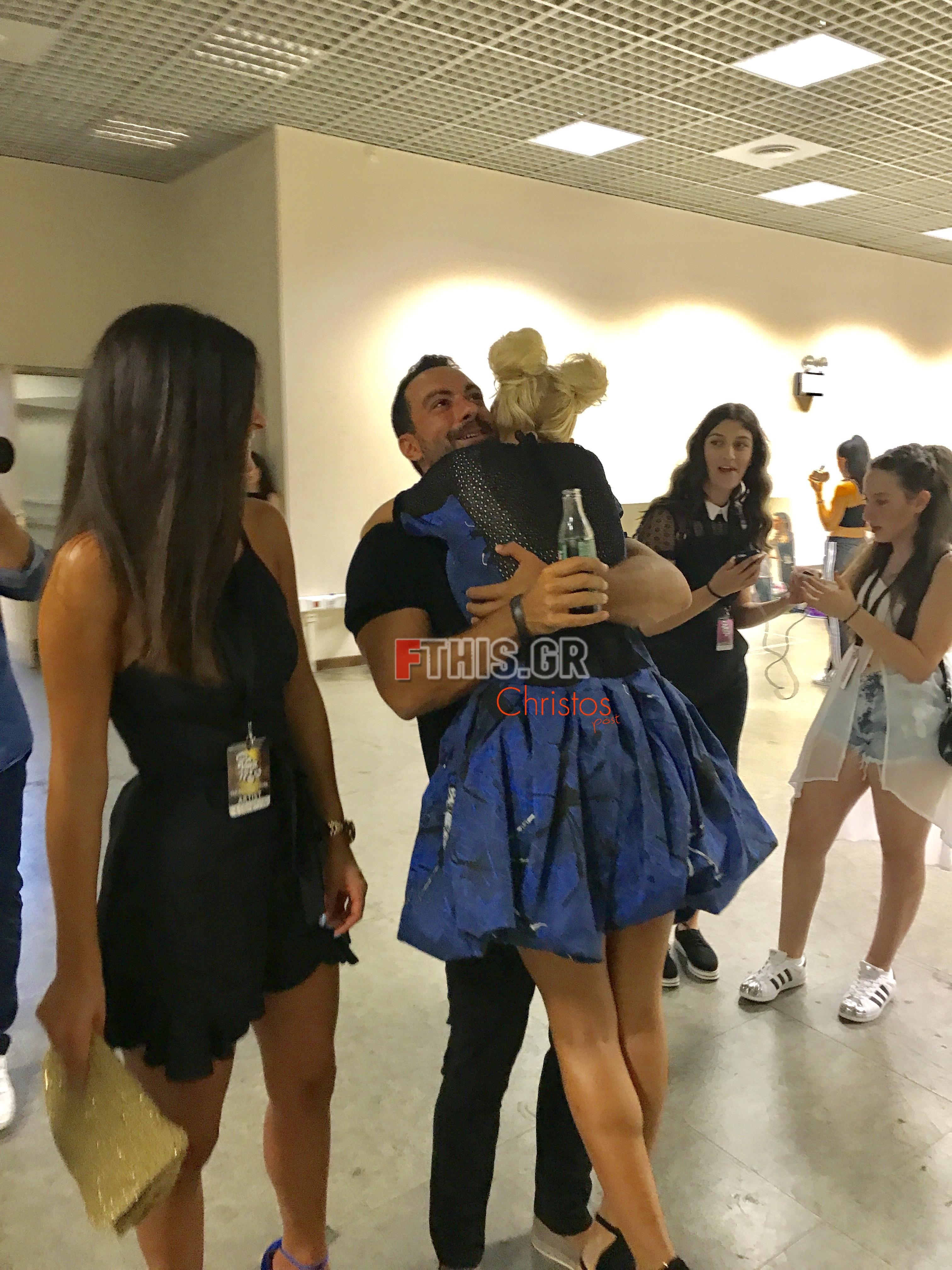 Η Λάουρα Νάργες με τον Σάκη Τανιμανίδη στα backstage των MAD VMA 17