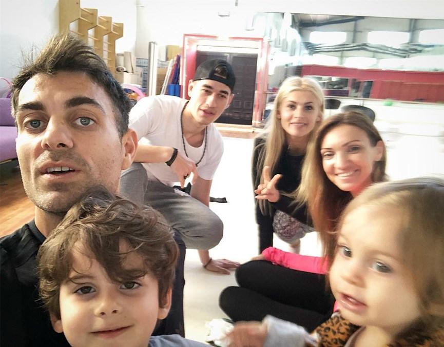 Ο Στέλιος Χανταμπάκης με την οικογένειά του