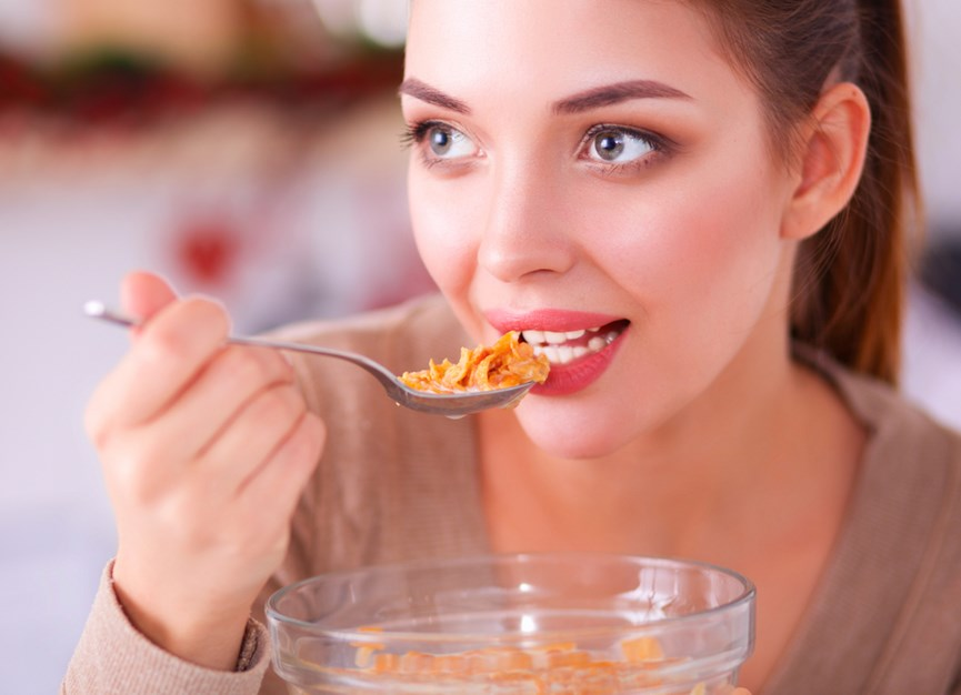 Γυναίκα τρώει δημητριακά