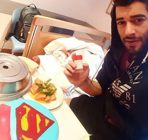 Ο Μάνος Ιωάννου στο νοσοκομείο.
