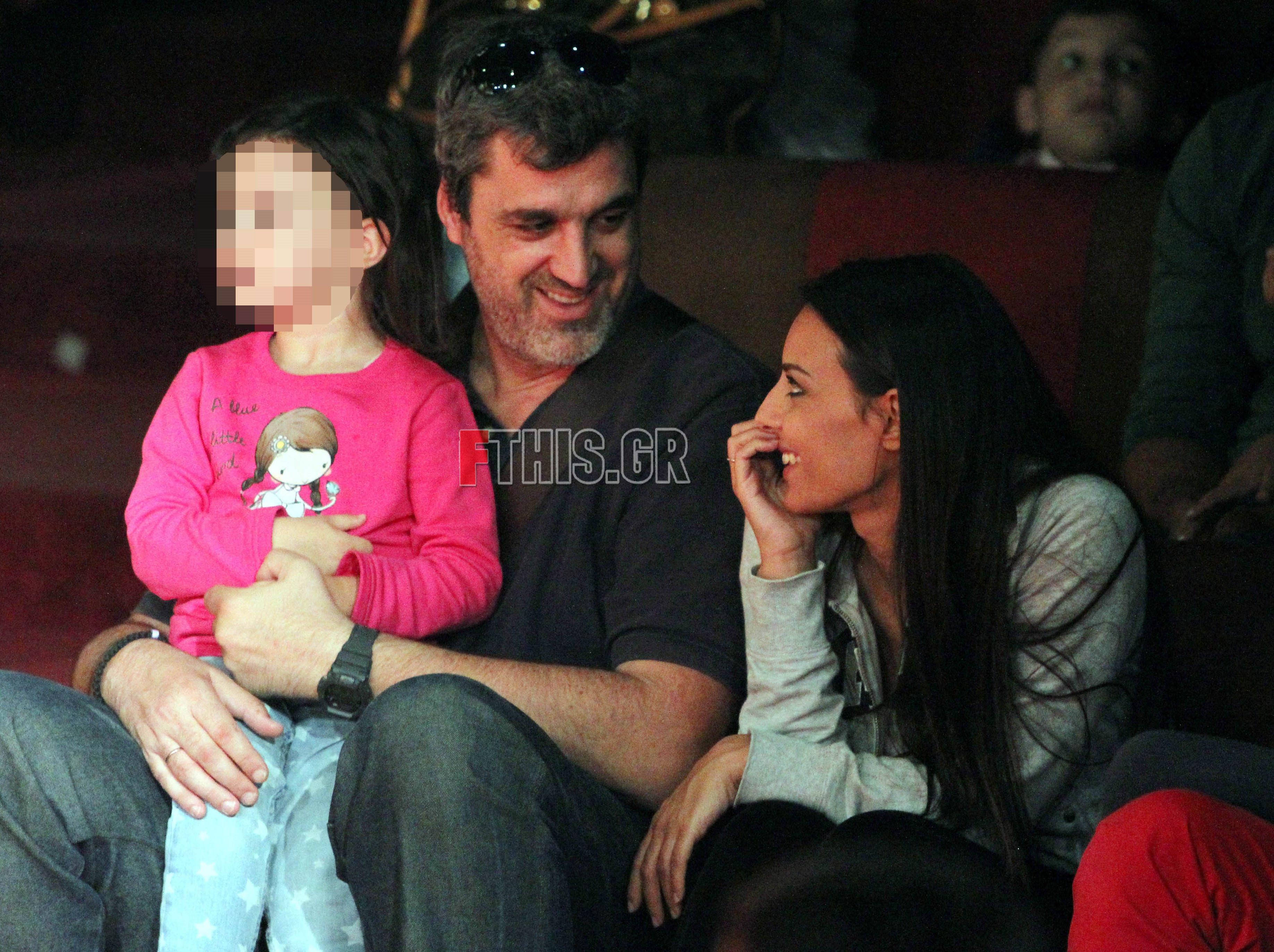 Η Όλγα Λαφαζάνη με τον Νίκο Οικονόμου και την κόρη τους