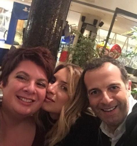 Η Μαρία Ηλίάκη ποζάρει με τους πρώην συνεργάτες της