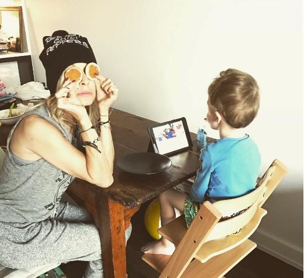 Η Άννα Βίσση με τον εγγονό της.