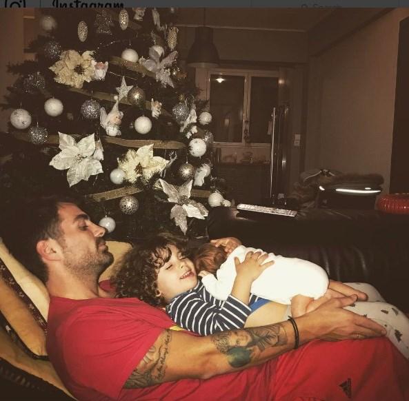 Ο Στέλιος Χανταμπάκης με τα παιδιά του.