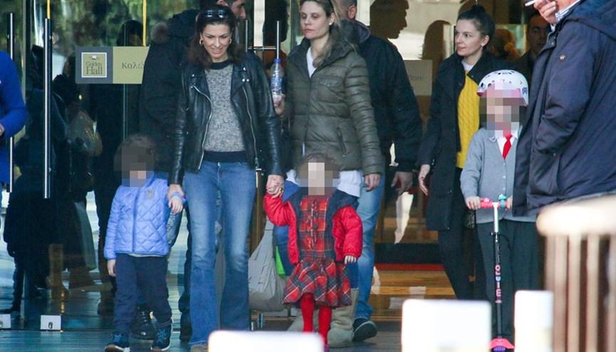 Η Τζίνα Αλοιμόνου με τα τρίδυμα παιδιά της σε πρόσφατη εμφάνισή της