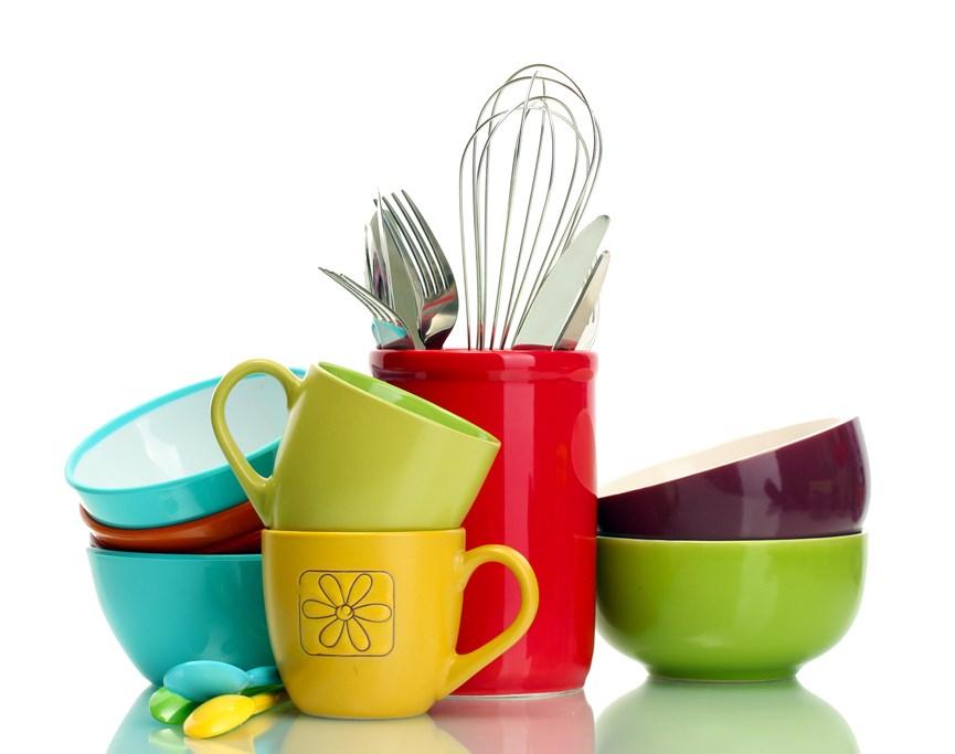 Πολύχρωμα πιάτα, μπολ και κούπες