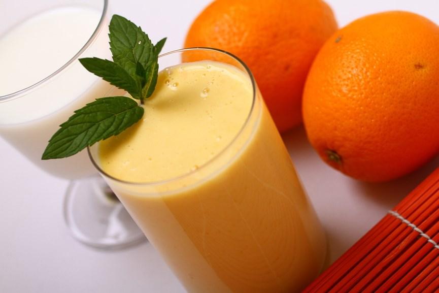 Ένα ποτήρι γάλα, ένα ποτήρι χυμός και 2 πορτοκάλια