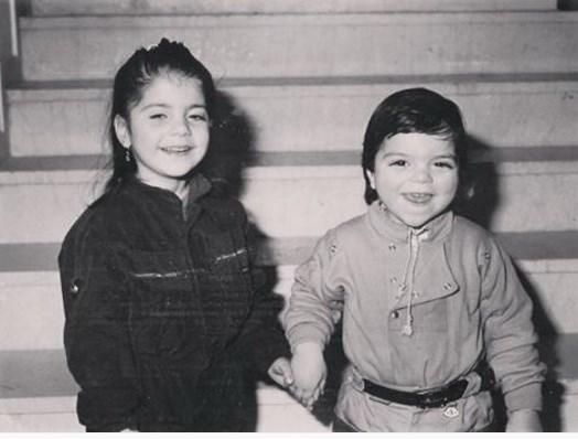 Η Μελίνα Μακρή με τον αδελφό της σε παιδική ηλικία