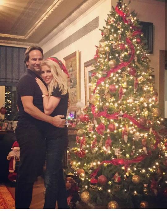 Η Ελένη Μενεγάκη κάτω από το Χριστουγεννιάτικο δέντρο με τον αγαπημένο της