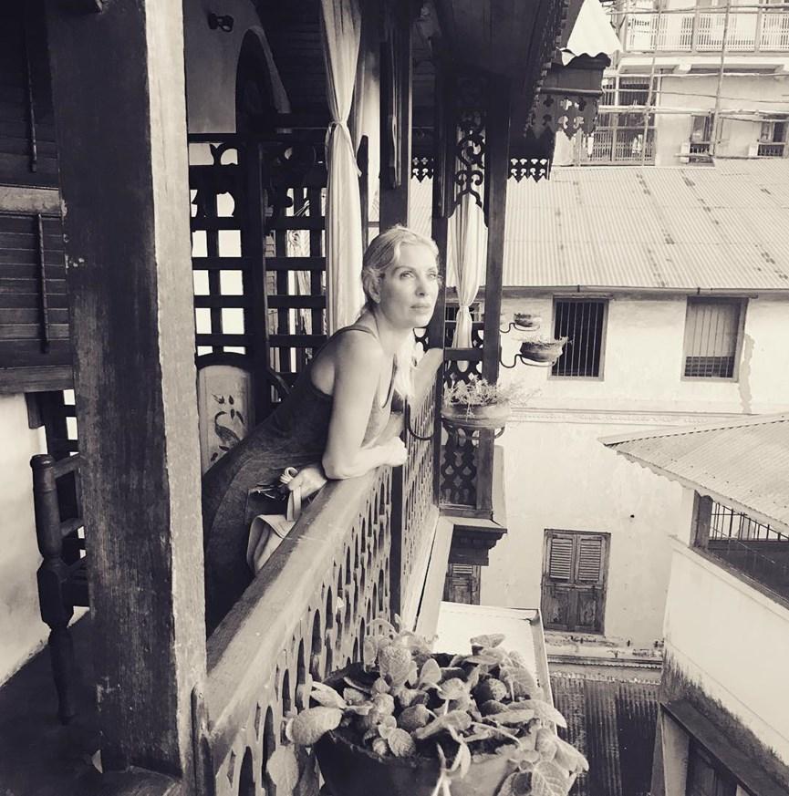 Η Ελένη Μενεγάκη ποζάρει στο μπαλκόνι ξενοδοχείου στο Μαρόκο