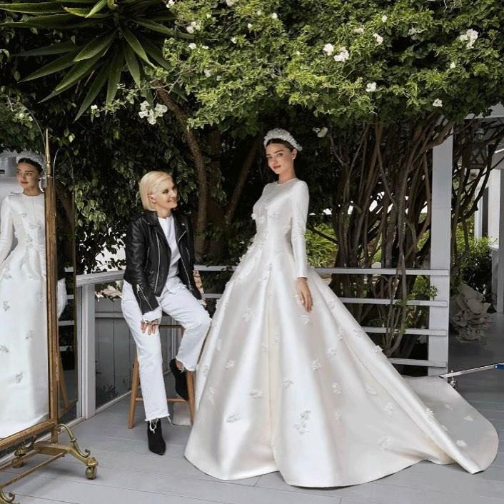 Η Miranda Kerr, ντυμένη νύφη, με μια φίλη της