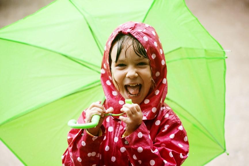Παιδί στη βροχή με ομπρέλα