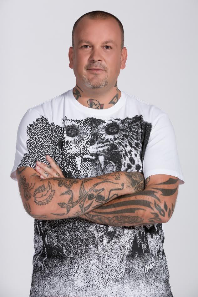 Ο Δημήτρης Σκαρμούτσος στην επίσημη φωτογράφηση του Master Chef