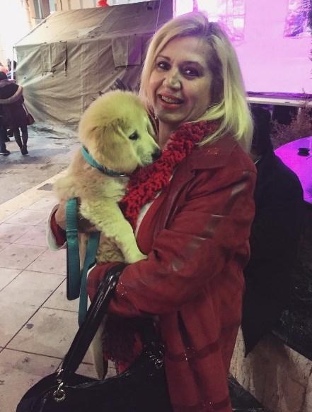 Η μητέρα της Κωνσταντίνας Σπυροπούλου και ένα σκυλάκι