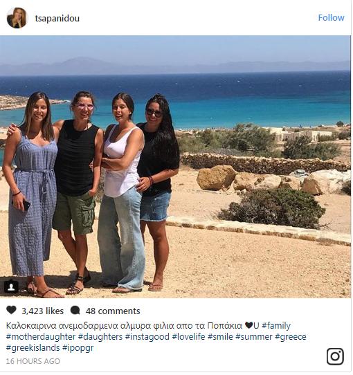 Η Πόπη Τσαπανίδου με τις κόρες της