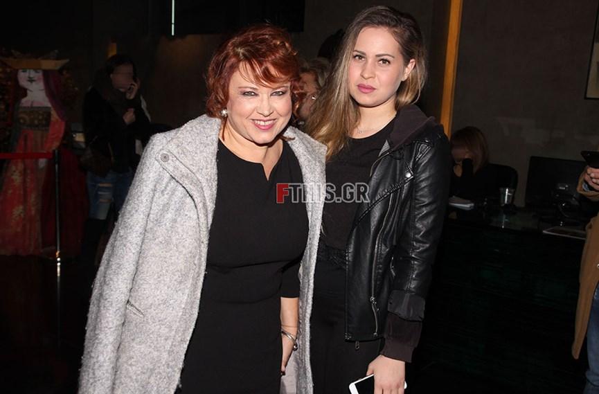 Ή Νικολέτα Βλαβιανού ποζάρει με την κόρη της στο θέατρο Pantheon
