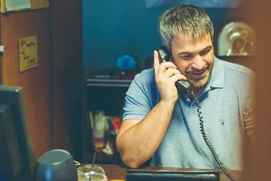 Ο Σπύρος Χαριτάτος στο γραφείο του.